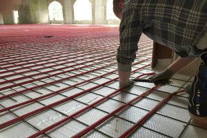 aanleggen van isolatie onder vloerverwarming